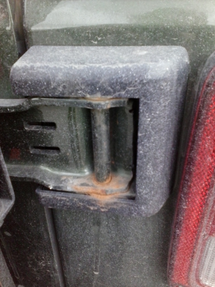 Click image for larger version  Name:rust tailgate hinge.jpg Views:108 Size:222.2 KB ID:228152
